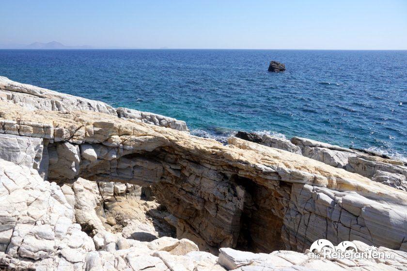 Der Fels des Ikarus vor Ikaria im Hintergrund