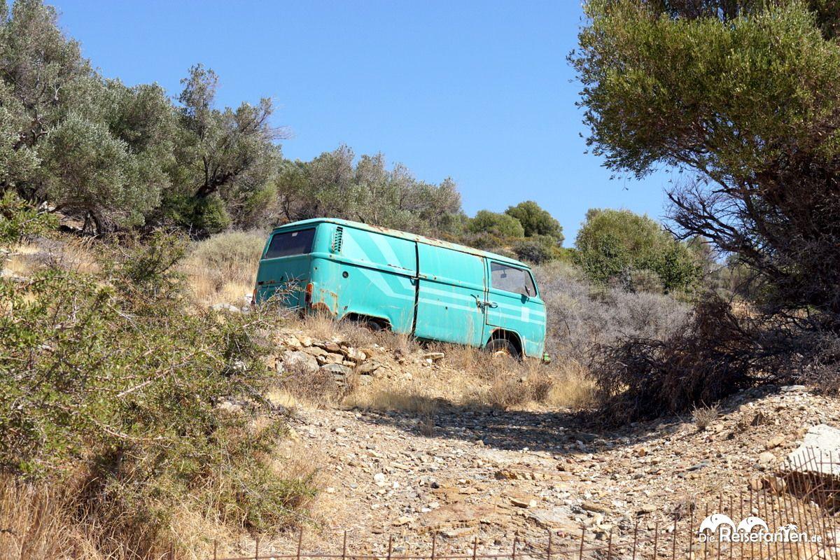 Ein alter Transporter in der ikarischen Landschaft
