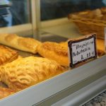 Gefüllte Blätterteigtaschen in der Bäckerei in Therma auf Ikaria