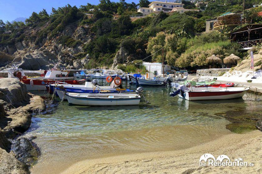 Blick auf die Felsformationen im Hafen von Magganitis