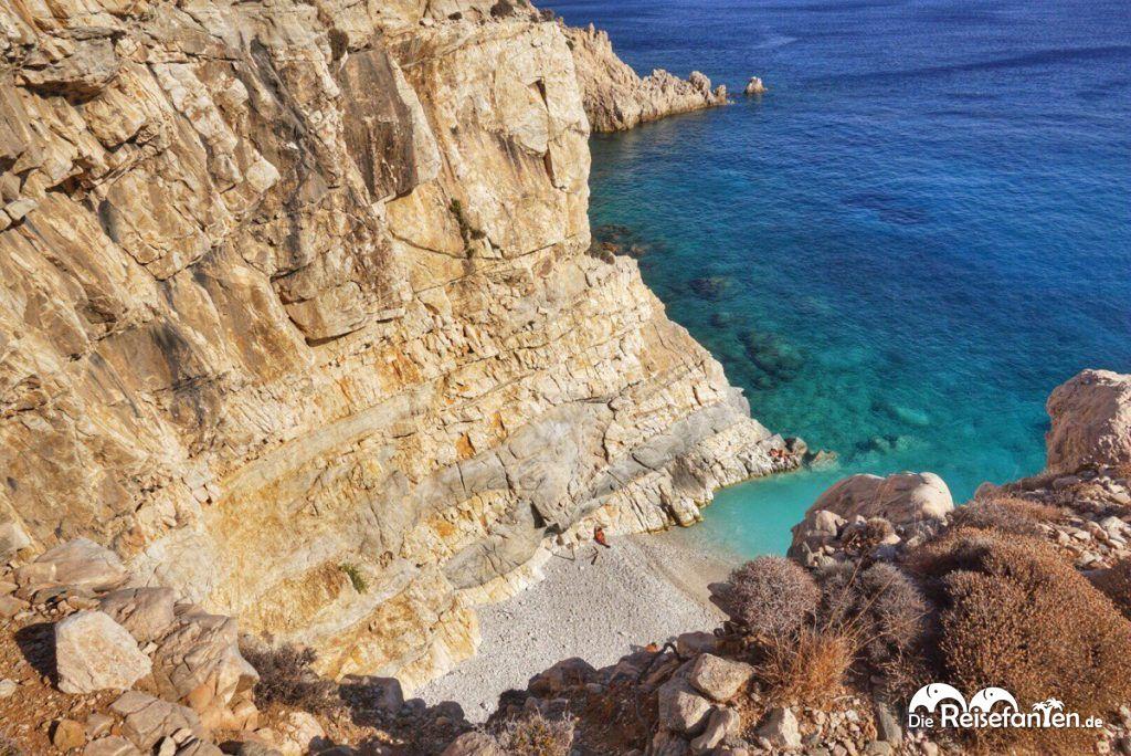 Hier sieht man wie tief der Seychelles Beach auf Ikaria liegt.jpeg