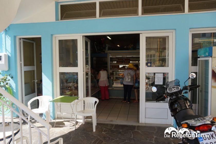 Reges Treiben in Bäckerei in Therma auf Ikaria