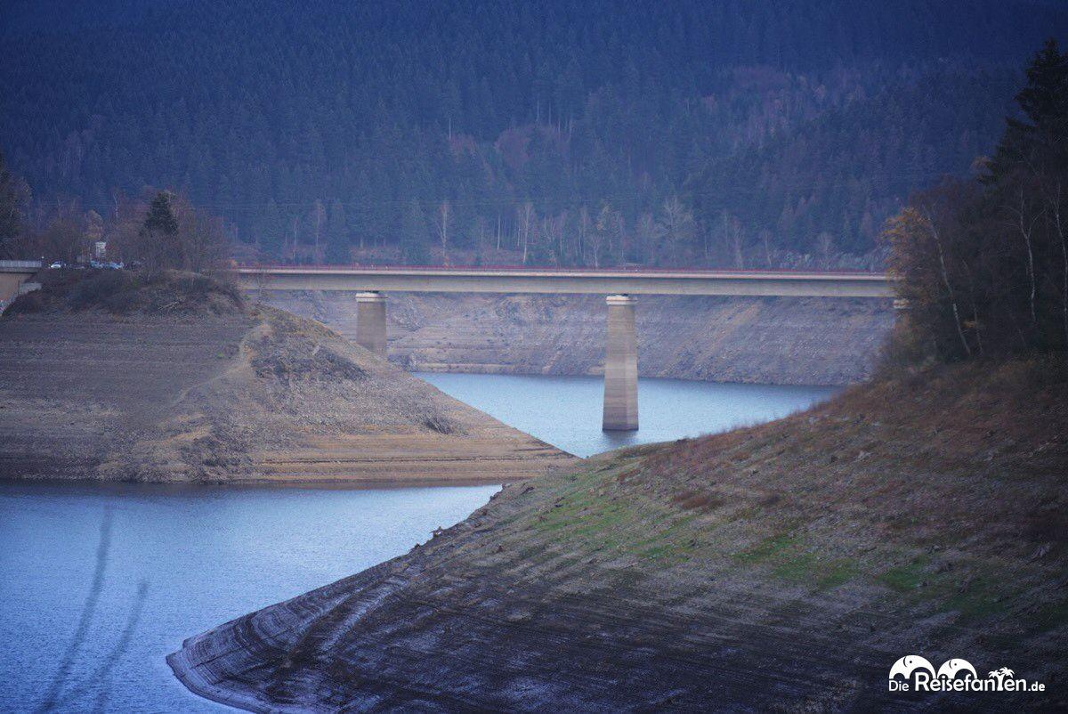 Blick auf eine Brücke in der Okertalsperre
