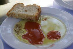 Brot mit Öl in der Taverna Platanos in Agios Dimitrios auf Ikaria