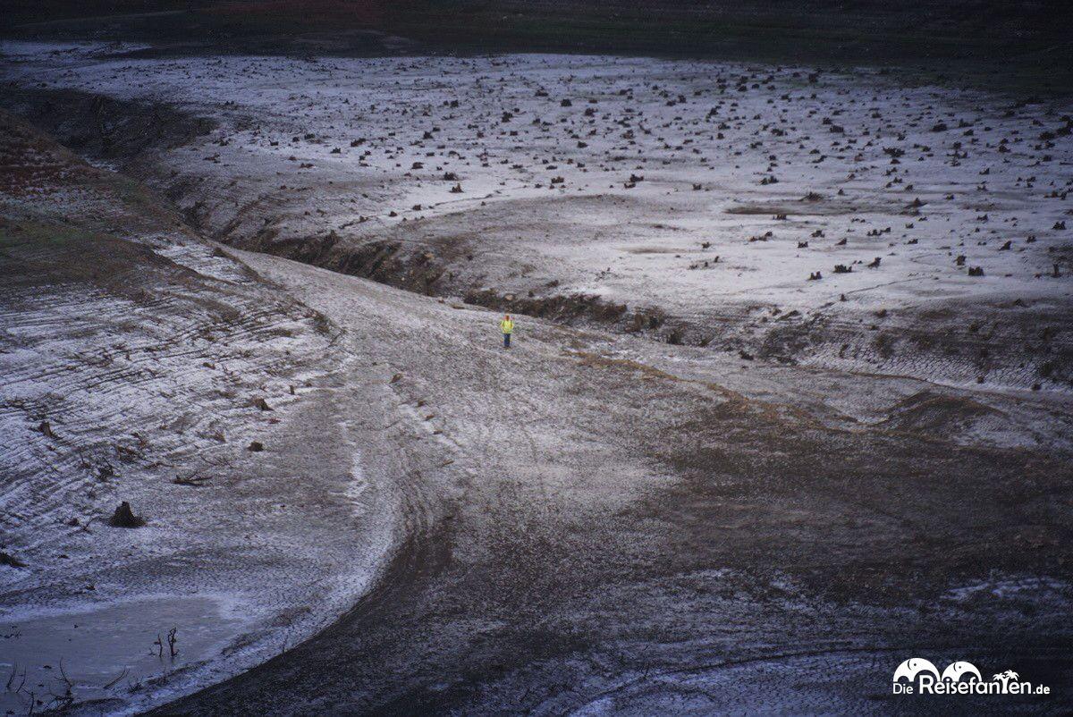 Ein Spaziergänger in der Weite der leeren Okertalsperre