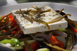 Griechischer Bauernsalat in der Taverna Platanos in Agios Dimitrios auf Ikaria