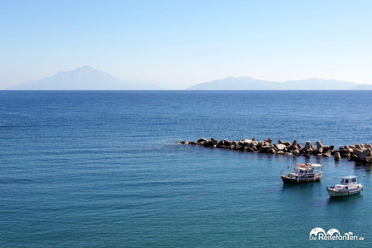 Aussicht vom Hafen in Therma auf Ikaria