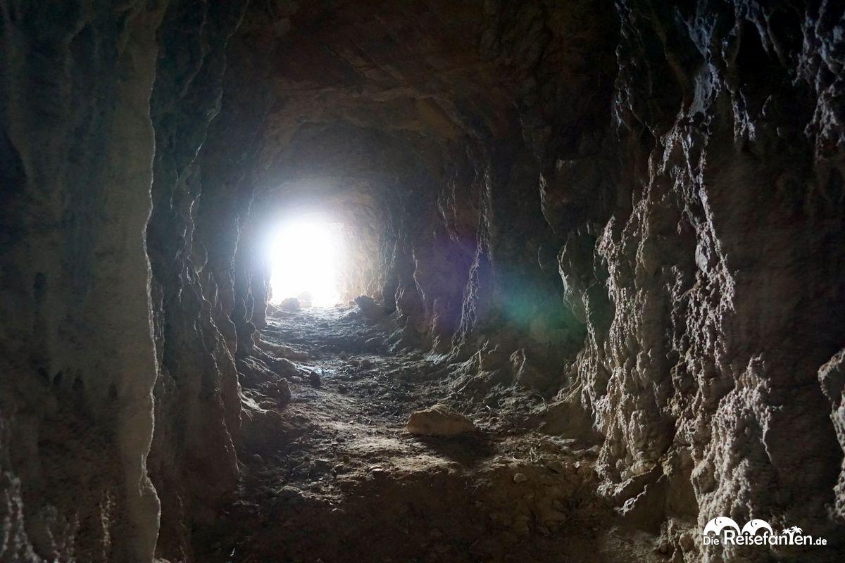 Blick nach draußen aus einem Stollen auf Ikaria