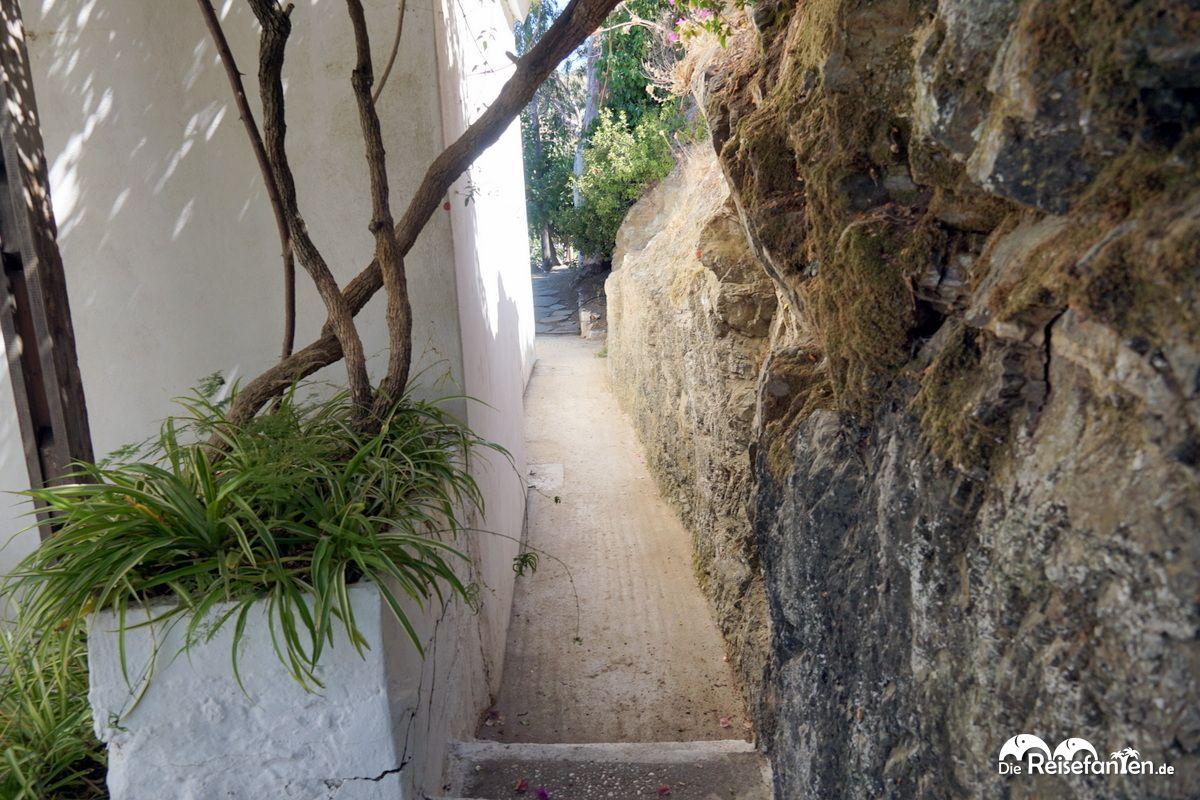 Der Weg zum Odeon führt dicht an einem Haus vorbei