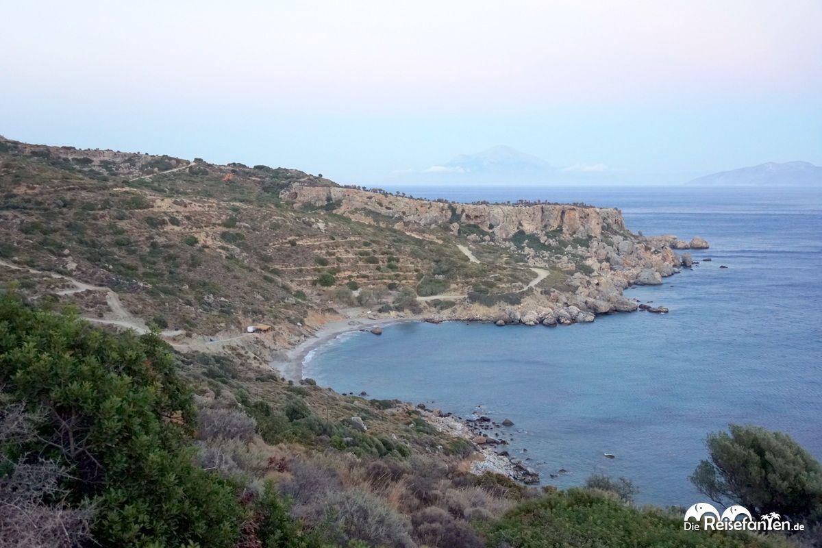 In der Ferne ist die Insel Samos mit dem Berg Oros Kerkis zu sehen