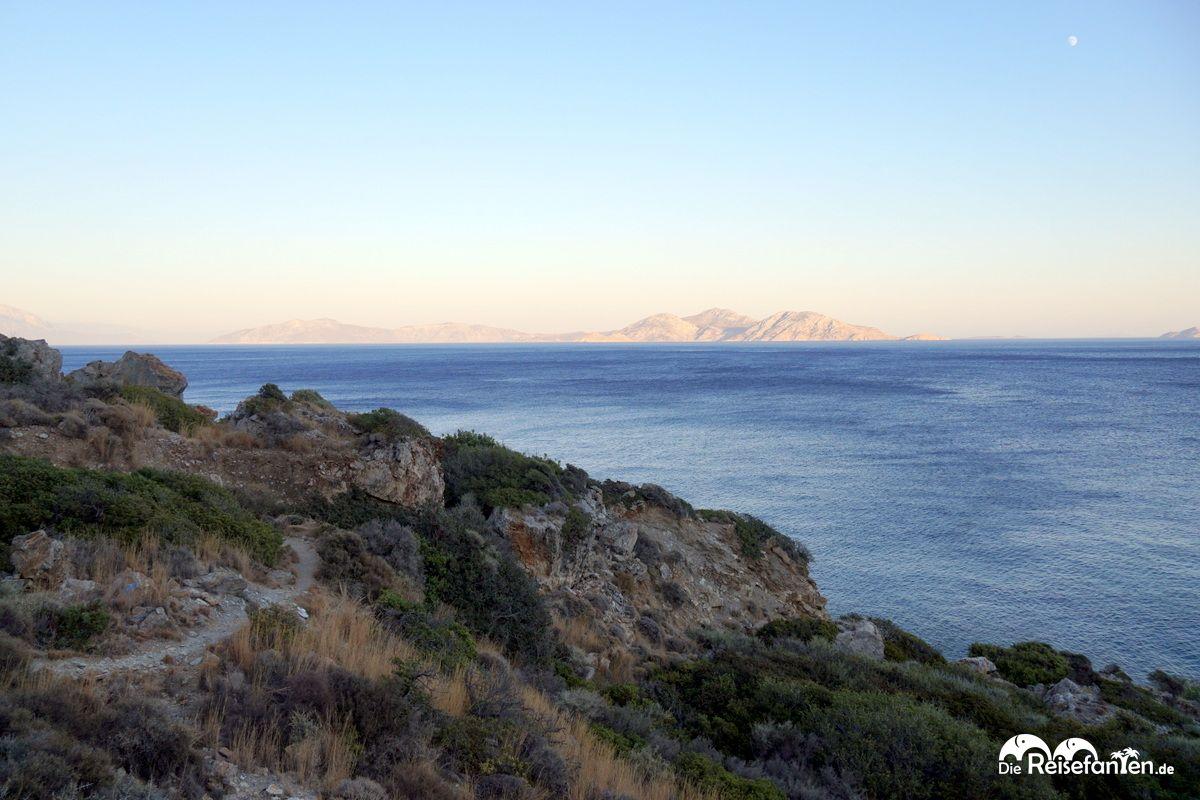 In der Ferne sind andere Inseln der Ägäis zu sehen
