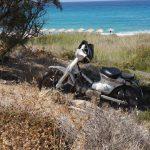 Abgestelltes Moped am Strand von Ikaria