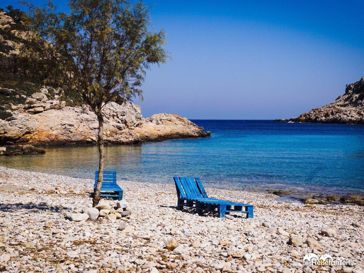 Am Strand von Iero auf Ikaria gibt es ein paar Liegeflächen.jpeg