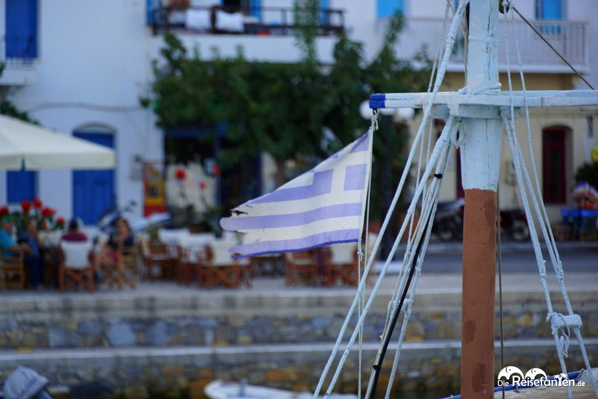 Bootsflagge am Hafen von Evdilos auf Ikaria