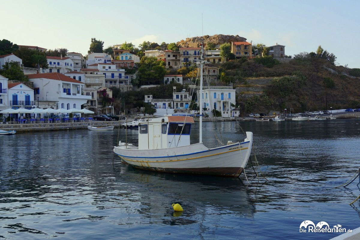 Im Hafen von Evdilos auf Ikaria gibt es zahlreiche Restaurants