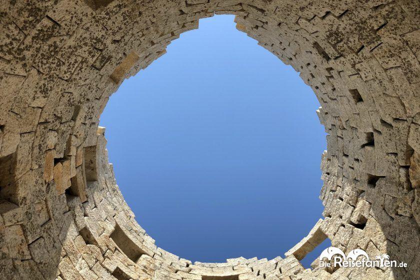 Blick durch die Öffnung vom Drakano Turm auf Ikaria