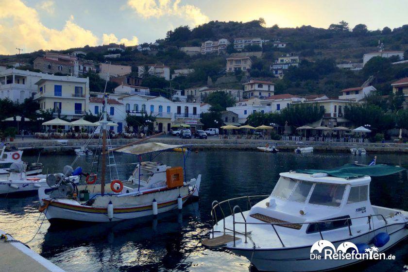 Fischerboote an der Promenade von Evdilos auf Ikaria