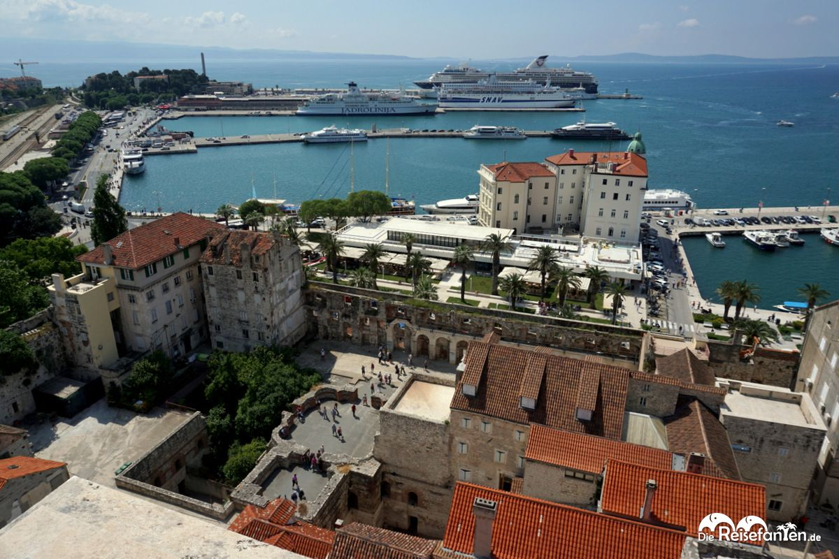 Blick auf die Altstadt und auf den Hafen von Split