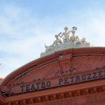 Dach des markanten roten Theaters in Bari