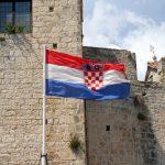 Die kroatische Flagge vor der Kulisse Trogirs