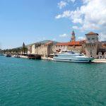 Eine große Yacht vor Anker in Trogir
