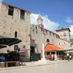 In Trogir gibt es an der Promenade zahlreiche Cafes