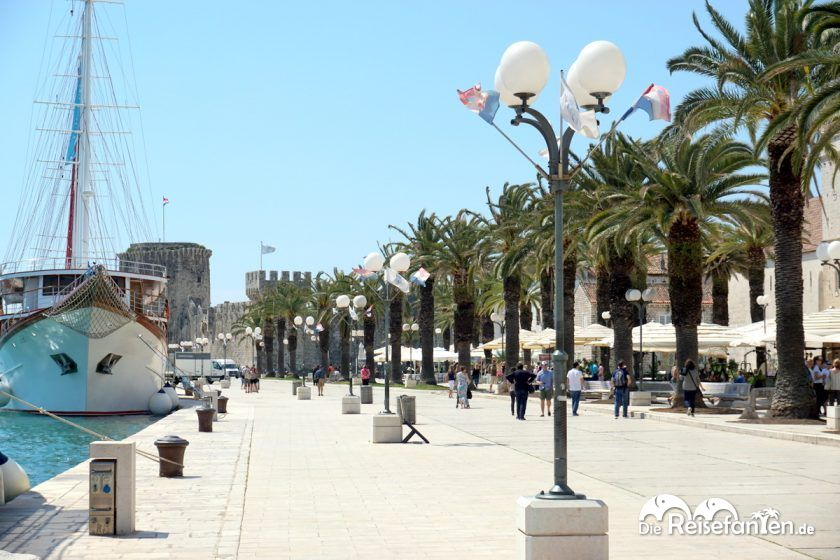 Schiffe legen direkt an der Promenade von Trogir an