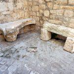Zwei alte Bänke in Trogir