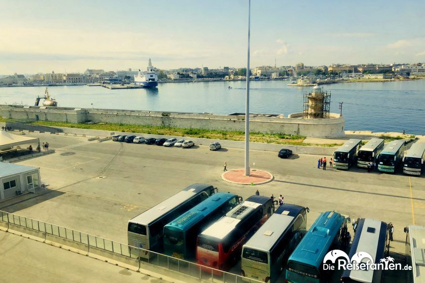 Blick auf den Kreuzfahrthafen von Bari