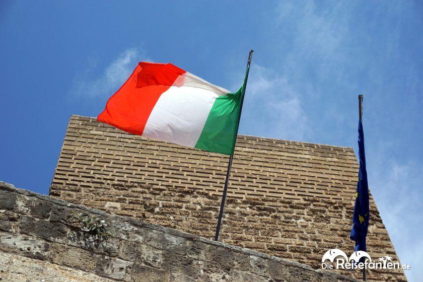Die italienische Flagge vor der Festung in Bari