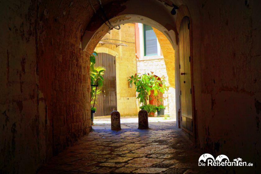 Einer der vielen Durchgänge in Bari