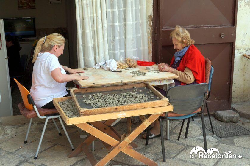 Frauen beim Formen der traditionellen Orecchiette