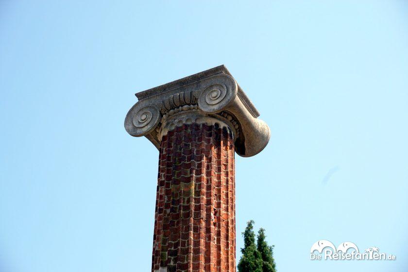 Eine historische Säule nahe der Cattedrale di San Giusto Martire