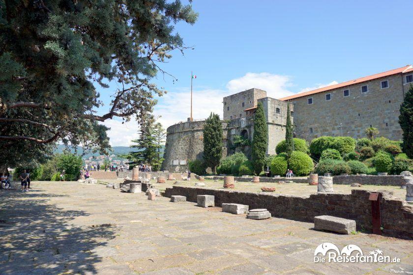 Römische Ruinen nahe der Cattedrale di San Giusto Martire