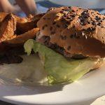 Burger mit Kartoffelspalten auf der Mein Schiff 2