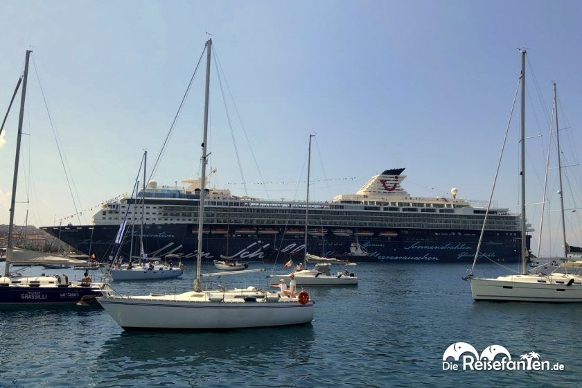 Die Mein Schiff 2 im Hafen von Triest