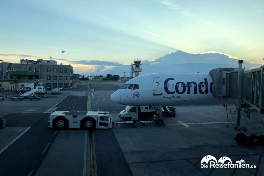 Die gecharterte Condor Maschine wartet auf den Rückflug nach Düsseldorf
