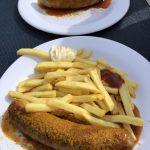 Eine Currywurst als Snack zwischendurch auf der Mein Schiff 2