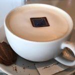 Kaffee inkl. Schokoplättchen auf der Mein Schiff 2