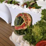 Schnitzereien aus Melonen für das Lunchbuffet der Mein Schiff 2