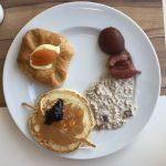 Obst und süße Teilchen zum Frühstück auf der Mein Schiff 2