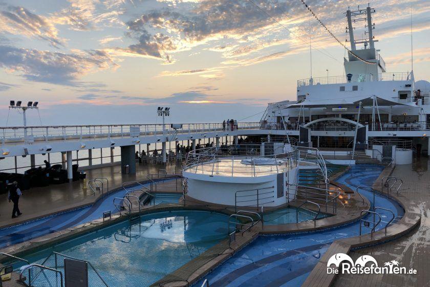 Poolbereich auf der Mein Schiff 2