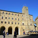 Am Palazzo dei Priori in Volterra