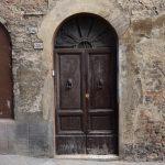 Auch solche historischen Eingänge lassen sich in Siena finden.jpeg