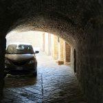 Ein niedriger Parkplatz in Volterra