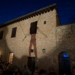 Kunstvolle Häuserfassade auf der Mercantia in Certaldo