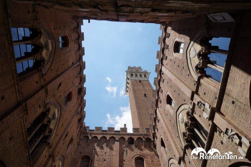 Blick auf den Torre del Mangia aus dem Innenhof in Siena.jpeg