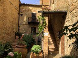 Braunes Natursteinhaus in San Gimignano