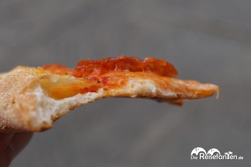 Ein Stück Pizza in Nahaufnahme