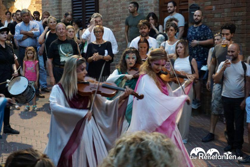 Geigenspielerinen auf der Mercantia in Certaldo